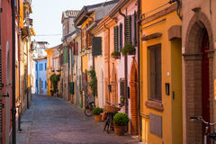 Fiskegata med färgrika hus i Rimini Arkivbild