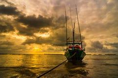 Fiskehavsfartyg och soluppgång royaltyfri bild