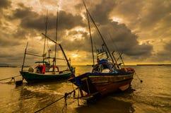 Fiskehavsfartyg och soluppgång arkivbild