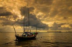 Fiskehavsfartyg och soluppgång royaltyfria foton