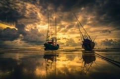 Fiskehavsfartyg och soluppgång Royaltyfri Fotografi
