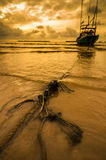 Fiskehavsfartyg och soluppgång arkivbilder