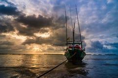 Fiskehavsfartyg och soluppgång fotografering för bildbyråer