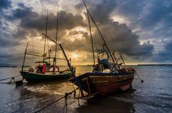 Fiskehavsfartyg och soluppgång arkivfoton