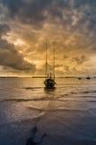 Fiskehavsfartyg och soluppgång royaltyfria bilder