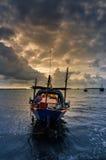 Fiskehavsfartyg och soluppgång arkivfoto