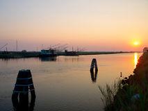Fiskekojor i solnedgången Arkivbilder
