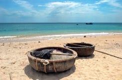Fiskekorgar på en sandig strand i Vietnam arkivfoton
