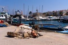 Fiskekugghjul, på kanten av en skeppsdocka, i porten av Cabo de Palos, i Murcia, Spanien, royaltyfri bild