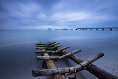 Fiskeläge och en bruten bro Royaltyfri Bild