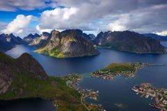 Fiskeläget av Reine i Lofoten, Norge Arkivfoto