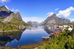 Fiskeläget av Reine, Norge arkivfoton