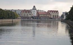 Fiskeläget på flodbanken Pregolya i Kaliningrad Royaltyfri Bild