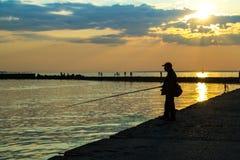 Fiskeman på solnedgången Arkivfoton