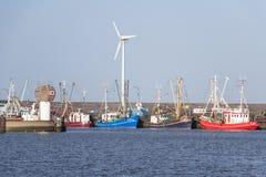 Fiskenäring - trålare är i hamnen arkivbild