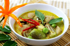 Fisken klumpa ihop sig grön curry. Royaltyfri Fotografi