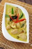 Fisken klumpa ihop sig grön curry. Royaltyfria Foton
