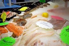 Fisken visade på fisk- och matståndet royaltyfri bild
