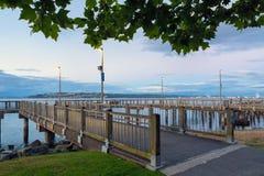 Fiskepir längs strand i Tacoma WA royaltyfria bilder