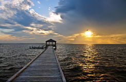 Fiskepir och skeppsdocka på solnedgången Royaltyfria Bilder