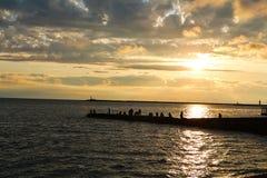 Fiskepir på solnedgången Arkivbild
