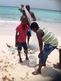 Fiskepojkar i Barbados Arkivfoto