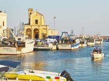 Fiskeport av Gallipoli och med den Madonna del Canneto kyrkan Arkivbild