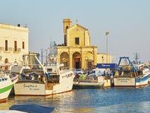 Fiskeport av Gallipoli och med den Madonna del Canneto kyrkan Arkivbilder