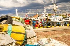 Fiskeport av Ustka, Polen med den gamla fyren Royaltyfri Foto