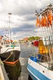 Fiskeport av Ustka, Polen med den gamla fyren Arkivfoto