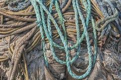 Fiskerepet fördelade ut på fiskkajen arkivbild