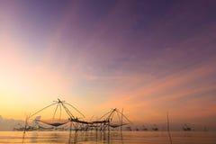 Fiskeri i Asien under soluppgång Royaltyfri Foto