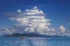 Fiskerifartyg och vit molnkoh chang trad Thailand för blå himmel Royaltyfria Bilder