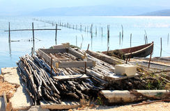Fiskerihjälpmedel i Lago di Varano, Italien arkivbilder
