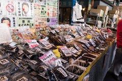 Fiskerijordbruksprodukter på Tsukiji fiskmarknad Royaltyfria Foton