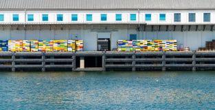 Fiskeriskeppsdocka med färgrika spjällådor Royaltyfria Bilder