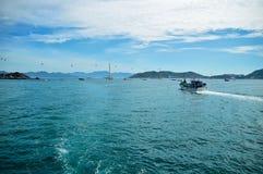 Fiskeseineren går tillbaka till porten, mot bakgrunden av zaoivaen, skepp, kabelbilen, berg och moln arkivfoto