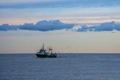 Fiskeskytteln går tillbaka till port Royaltyfri Fotografi