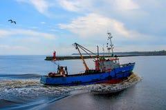 Fiskeskytteln går tillbaka till port Royaltyfria Foton