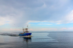 Fiskeskytteln går tillbaka till port Fotografering för Bildbyråer