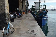 Fiskeskyttlar i den Hsin-kang fiskehamnen, kust för ` s för Chenggong församling, Taitung County, Taiwan östlig Royaltyfria Bilder