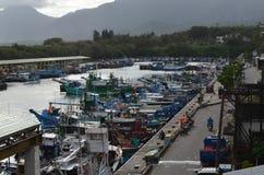 Fiskeskyttlar i den Hsin-kang fiskehamnen, kust för ` s för Chenggong församling, Taitung County, Taiwan östlig Fotografering för Bildbyråer