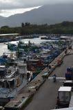 Fiskeskyttlar i den Hsin-kang fiskehamnen, kust för ` s för Chenggong församling, Taitung County, Taiwan östlig Arkivbilder
