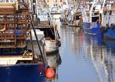 Fiskeskyttlar i havstillflyktsort förtöjde i CHIOGGIA Arkivfoton