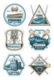 Fisketappningemblem med fisken, stången och kroken royaltyfri illustrationer
