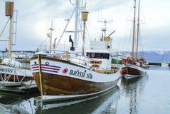 Fisketrålare i den Akureyri hamnen i Island royaltyfri fotografi