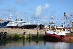 Fisketrålare i hamn Arkivfoto