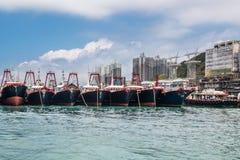 Fisketrålare som ankras i Aberdeen, skäller, Hong Kong Moderna nautiska skyttlar i fiskbransch Royaltyfri Fotografi