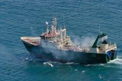Fisketrålare som lämnar Sts John hamn Royaltyfri Foto