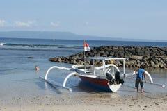Fisketrimaran i Bali, Indonesien royaltyfri fotografi